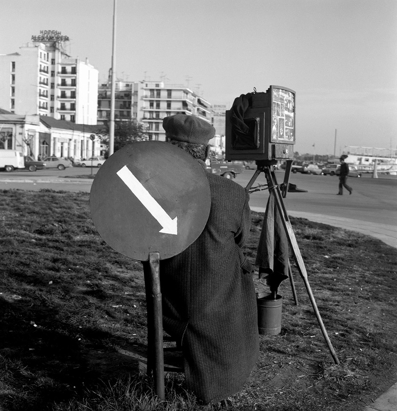 Dimitris Letsios, <em>Itinerant photographer on the waterfront in front of the passenger harbor entrance</em><br>© Dimitris Letsios Archive / Thessaloniki Museum of Photography