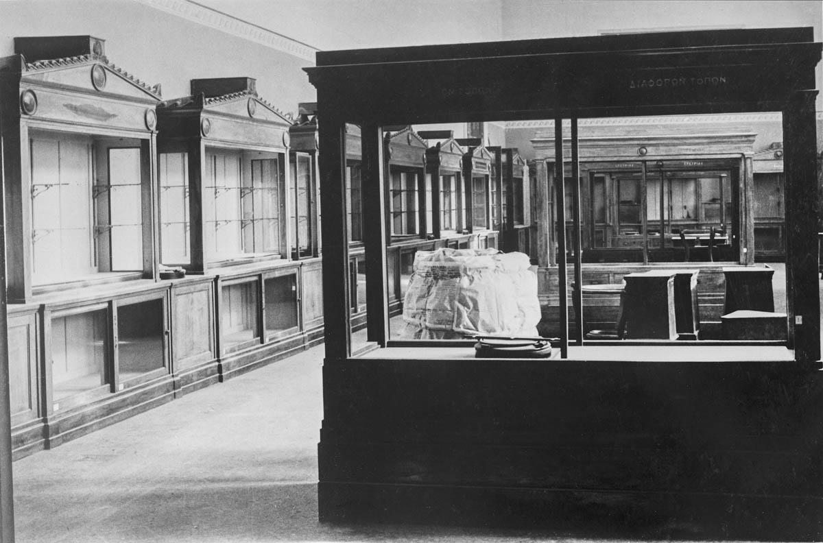Αίθουσα του Μουσείου με άδειες προθήκες μετά την απομάκρυνση των αρχαιοτήτων με σκοπό την προστασία και απόκρυψή τους. 1941, φωτογραφικό Αρχείο του Εθνικού Αρχαιολογικού Μουσείου