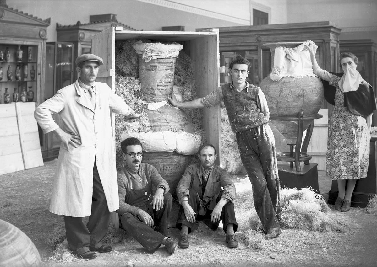 Προετοιμασία του γεωμετρικού αμφορέα, των χρόνων γύρω στο 760-750 π.Χ., από το Δίπυλο της Αθήνας και άλλων αγγείων προς απόκρυψη. 1940-1941, φωτογραφικό Αρχείο του Εθνικού Αρχαιολογικού Μουσείου