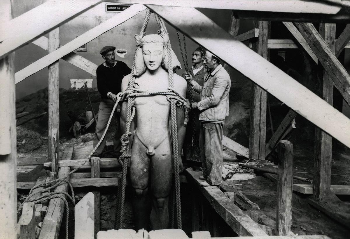 Απόκρυψη του αγάλματος κούρου, των χρόνων γύρω στο 600 π.Χ., από το Σούνιο, κάτω από το δάπεδο της αίθουσας όπου ήταν τοποθετημένος. 1940-1941, φωτογραφικό Αρχείο του Εθνικού Αρχαιολογικού Μουσείου
