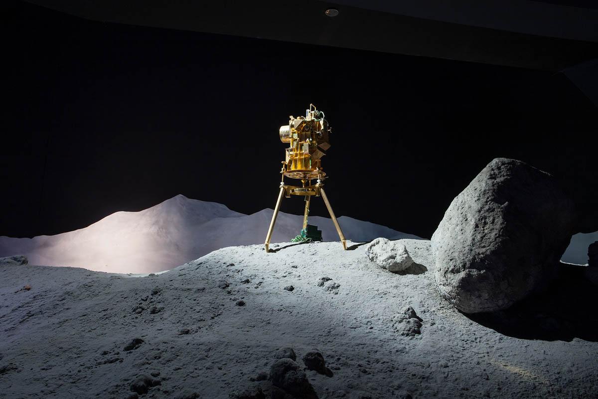 Lisa Barnard (Ηνωμένο Βασίλειο, γ. 1967)<br/><em>Υπεριώδης κάμερα Carruthers / φασματογράφημα, NASA, Χιούστον</em>, ΗΠΑ, 2015 <br/>Από τη σειρά <em>Το καναρίνι και το σφυρί</em>, 2015-2019<br/>Ευγενική παραχώρηση της καλλιτέχνιδας