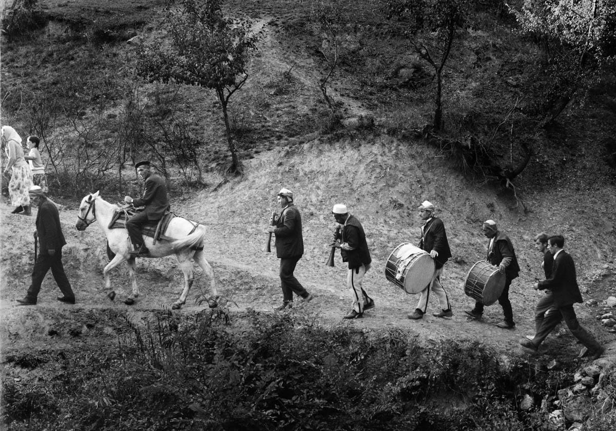 Martin Koenig, <em>Γαμήλια πομπή</em>, Globočica, περιοχή Gora, Κόσοβο, 1970