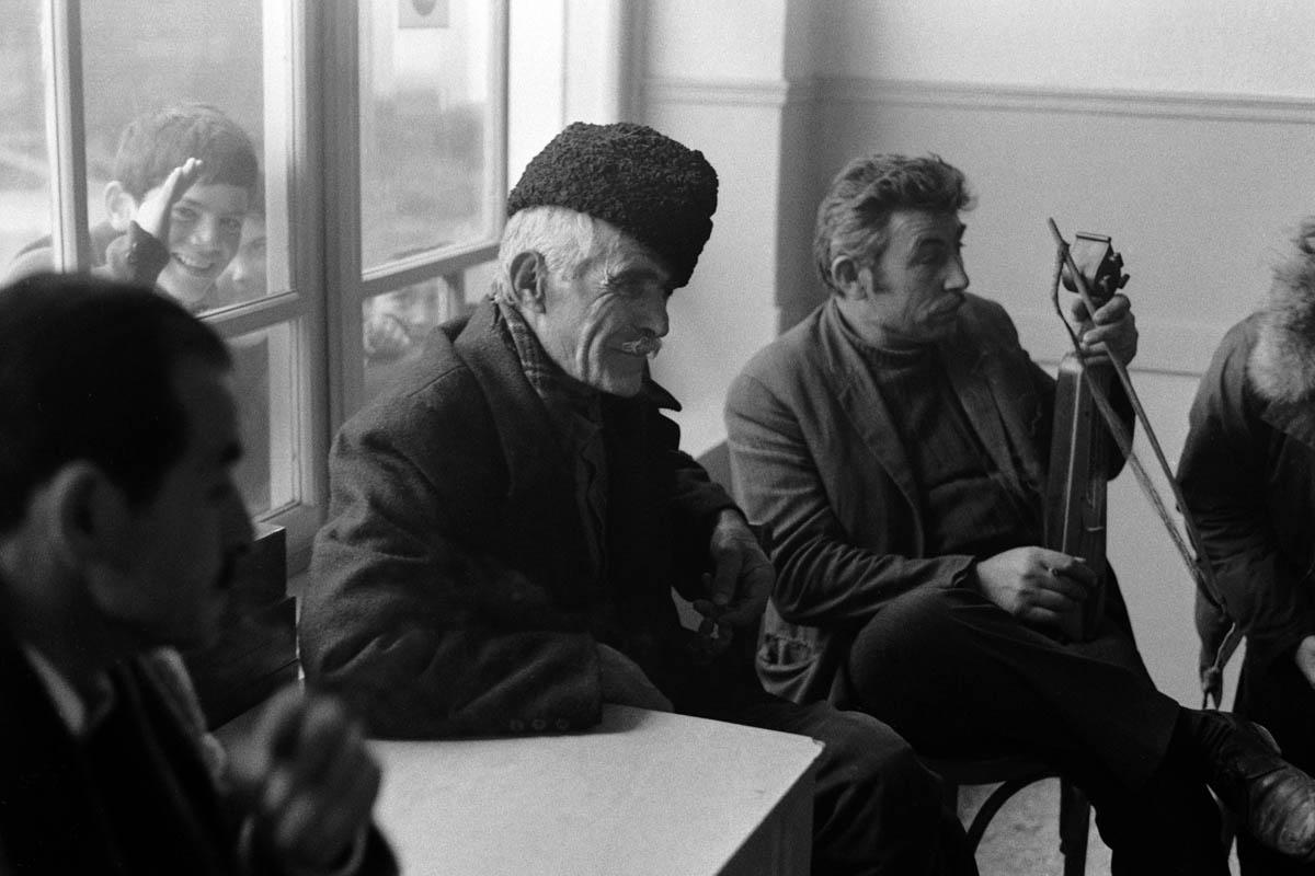 Martin Koenig, <em>Ποντιακό καφενείο</em>, χωριό Κομνηνά, Ελλάδα, 1974