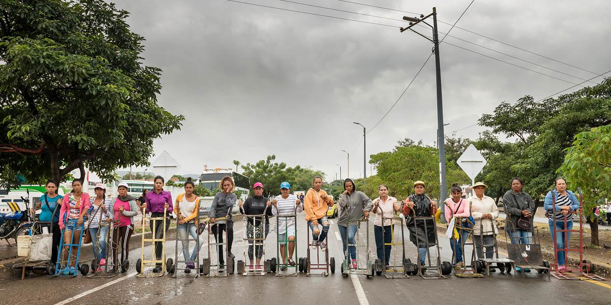 Teresa Margolles (Mexico, b.1963)<br/><em>Carretilleras sobre el Puente Internacional Simón Bolívar (μεταφορείς στη διεθνή γέφυρα Simon Bolivar)</em>, 2017 <br/>Ευγενική παραχώρηση της καλλιτέχνιδας και της γκαλερί Peter Kilchmann, Ζυρίχη